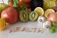Frutas, verduras y taza de jugo de las remolachas con el ` de la salud del ` de la inscripción imagen de archivo libre de regalías