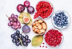 Frutas y bayas, visión superior nuts fotos de archivo libres de regalías