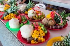 Frutas y flor en dios de Ganesh de la ceremonia del sacrificio en templo Fotografía de archivo