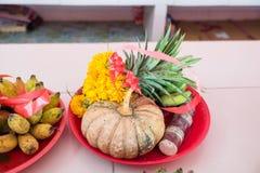 Frutas y flor en dios de Ganesh de la ceremonia del sacrificio en templo Fotos de archivo