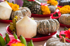 Frutas y flor en dios de Ganesh de la ceremonia del sacrificio en templo Foto de archivo