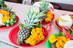Frutas y flor en dios de Ganesh de la ceremonia del sacrificio en templo Fotografía de archivo libre de regalías