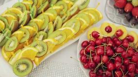 Frutas y flores en la tabla de banquete, abasteciendo almacen de metraje de vídeo
