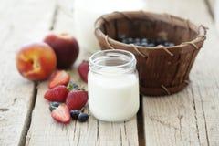 Frutas y leche fotografía de archivo libre de regalías
