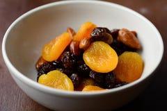 Frutas y nueces secadas en un cuenco Foto de archivo libre de regalías