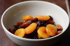 Frutas y nueces secadas en un cuenco Fotos de archivo libres de regalías