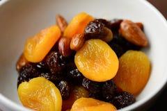 Frutas y nueces secadas en un cuenco Imagen de archivo libre de regalías