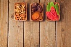 Frutas y nueces secas clasificadas en la tabla de madera Visión desde arriba Fotografía de archivo
