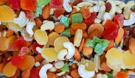 Frutas y nueces secas coloridas en una tienda para la venta foto de archivo