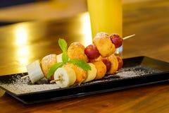 Frutas y pinchos de los anillos de espuma Foto de archivo libre de regalías