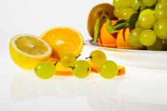 Frutas y placa cortadas Imagen de archivo libre de regalías