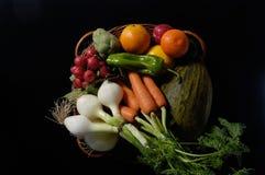 Frutas y vegetal, varias verduras y frutas con un fondo negro fotos de archivo