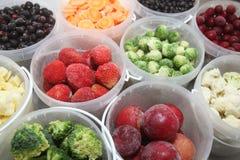 Frutas y verdura congeladas en envases de plástico Foto de archivo libre de regalías
