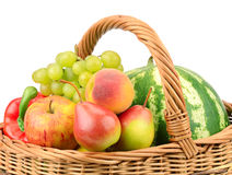 Frutas y verdura en cesta Fotografía de archivo libre de regalías