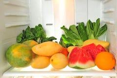 Frutas y verdura frescas en un refrigerador foto de archivo libre de regalías