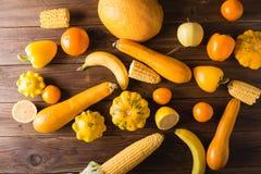 Frutas y verduras amarillas en un fondo de madera Aún vida festiva colorida Fotos de archivo