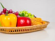 Frutas y verduras chile, maíz, uvas, pandan en bandeja foto de archivo