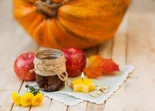 Frutas y verduras con las calabazas en del otoño todavía del vintage vida Foto de archivo libre de regalías