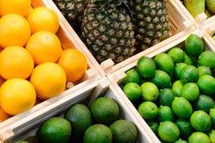 Frutas y verduras en cajas en el contador en la tienda imagenes de archivo