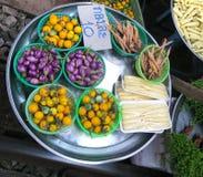 Frutas y verduras en el mercado ferroviario Fotos de archivo libres de regalías