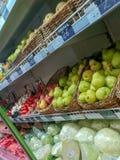 Frutas y verduras en el supermercado en las cajas imagenes de archivo