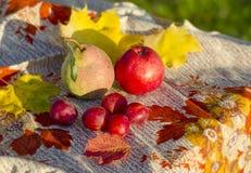 Frutas y verduras en la tabla Foto de archivo