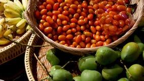 Frutas y verduras en parada rústica Frutas y verduras maduras frescas clasificadas colocadas en parada oriental rústica adentro almacen de video