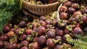 Frutas y verduras en parada r?stica Frutas y verduras maduras frescas clasificadas colocadas en parada oriental r?stica adentro metrajes