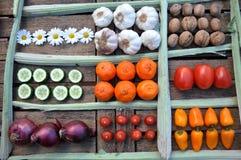 Frutas y verduras en una tabla Fotos de archivo libres de regalías