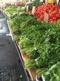 Frutas y verduras frescas en el mercado público fotografía de archivo libre de regalías