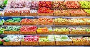 Frutas y verduras frescas en estante en mercado Foto de archivo