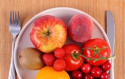 Frutas y verduras frescas en la placa, nutrición sana Imágenes de archivo libres de regalías