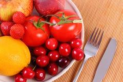 Frutas y verduras frescas en la placa, nutrición sana imagen de archivo