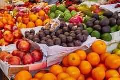 Frutas y verduras frescas en un mercado fotos de archivo