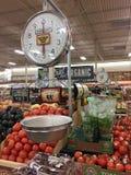 Frutas y verduras frescas para la venta en los brotes de la tienda fotografía de archivo