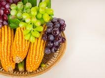 Frutas y verduras maíz, uvas, pandan en bandeja fotografía de archivo libre de regalías