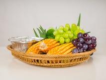 Frutas y verduras maíz, uvas, pandan en bandeja foto de archivo libre de regalías