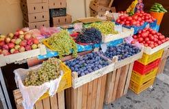Frutas y verduras orgánicas para la venta en el mercado foto de archivo libre de regalías