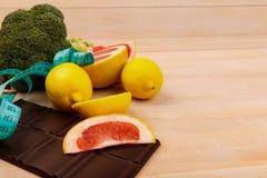 Frutas y verduras para la consumición sana del lado en ángulo Foto de archivo libre de regalías