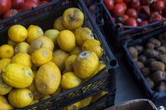 Frutas y verduras putrefactas en un mercado imagen de archivo libre de regalías