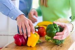 Frutas y verduras sanas de vida de la consumición de los pares Fotos de archivo libres de regalías