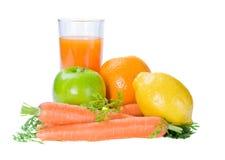 Frutas y zanahoria con el vidrio de jugo fresco imagen de archivo libre de regalías