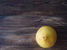 Fruti frais et organique de pamplemousse sur une table en bois foncée images libres de droits