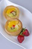 Frutificam os eclairs com morango Imagem de Stock Royalty Free