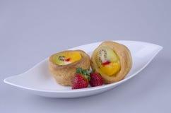 Frutificam os eclairs com morango Foto de Stock Royalty Free