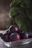 Frutifique em um vaso de cristal à tabela do Natal Imagem de Stock