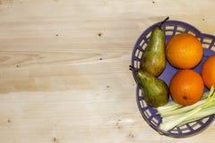 frutifique em uma cesta azul plástica da laranja, Fotografia de Stock Royalty Free