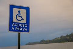 FRUTILLAR CHILE, WRZESIEŃ, -, 23, 2018: Plenerowy widok pouczający znak dostęp plaża dla niepełnosprawni obraz royalty free