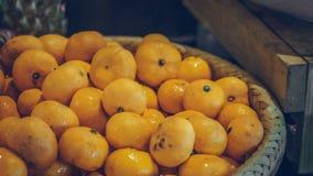 Fruto alaranjado na bandeja de madeira imagem de stock royalty free