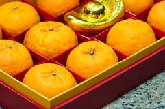 Fruto alaranjado na caixa vermelha Foto de Stock